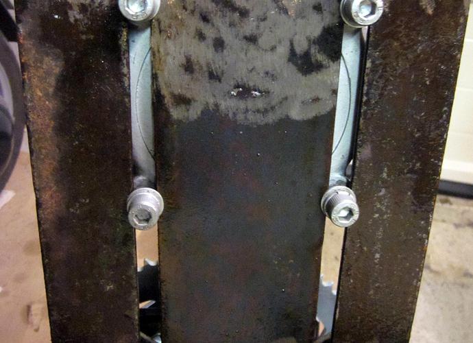 IMG_4193 Yksityiskohta - Kääntäjän ketjunkiristyskisko on helpompi tehdä latakoista hitsaamalla kuin uria koneistamalla (c) OH7HJ.JPG