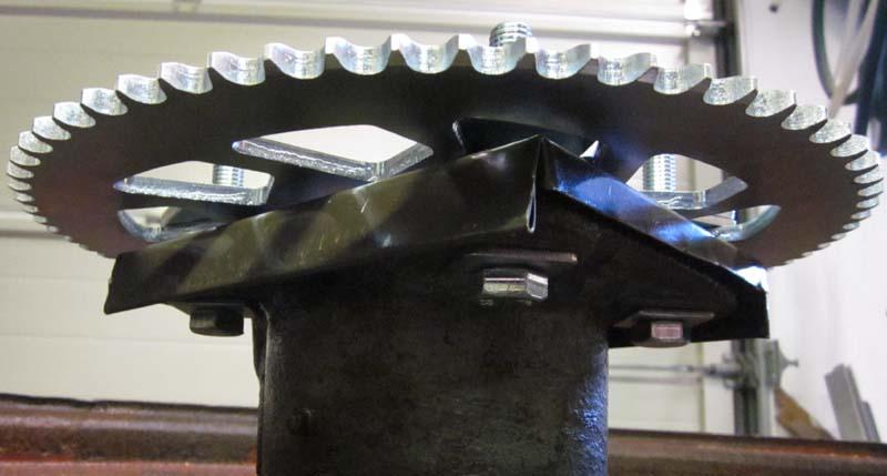 IMG_4122 Vesipelti rattaan ja laakeripesän välissä estää veden valumisen mastosta suoraan painelaakerin sisään (c) OH7HJ.JPG
