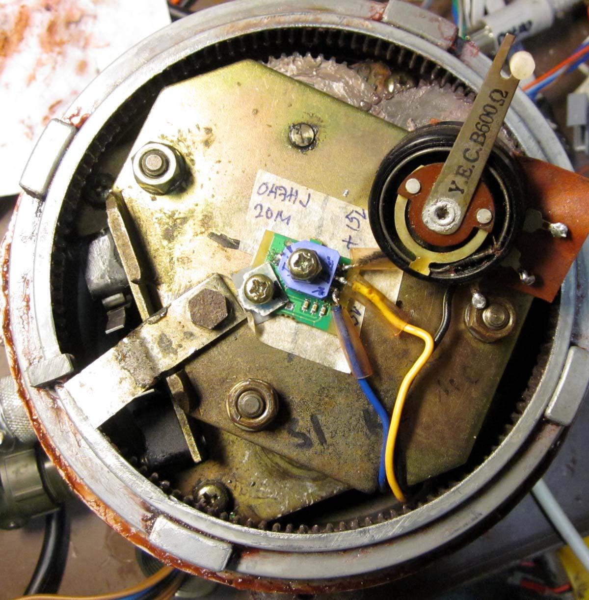 IMG_3901 Antenninkääntäjän Aiga viallinen iso potikka korvattu pienellä ympäripyörivällä (c) OH7HJ.JPG