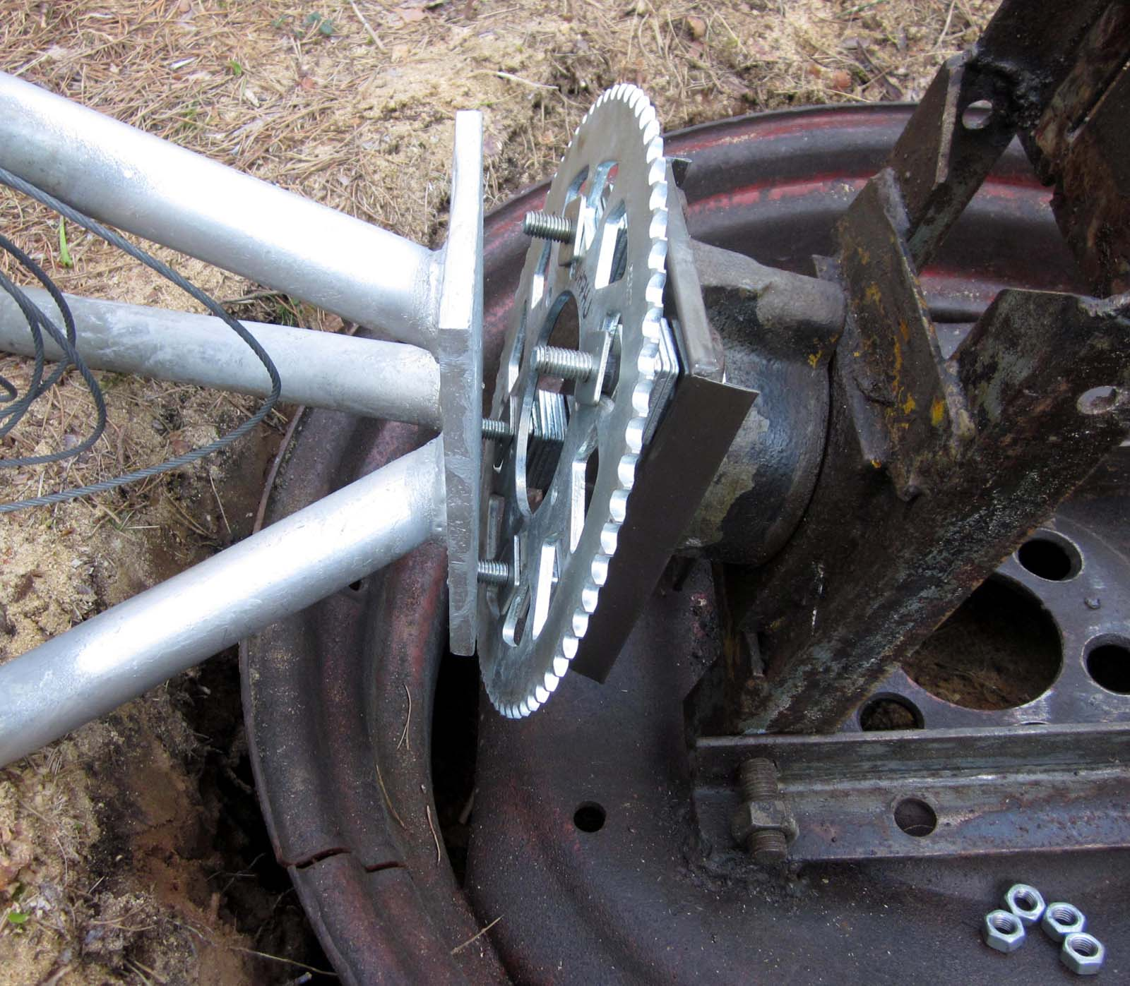 IMG_5861 Tasapainossa masto on helppo asettaa mastonjalan pultteihin (c) OH7HJ.JPG